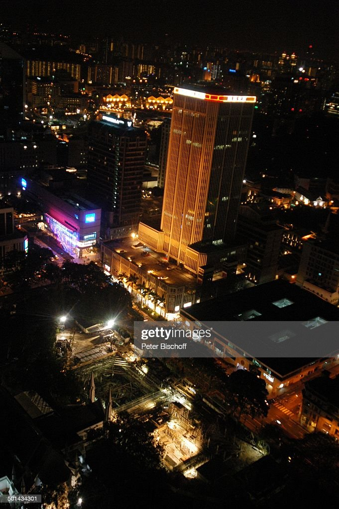 """Blick vom """"Swissôtel - The Stamford"""" auf Stadt bei Nacht, Marina Bay, Singapur, Asie : News Photo"""