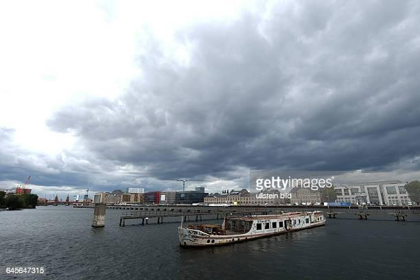 Blick vom Treptower Spreeufer auf den Osthafen im Vordergrund Schiffswrack 'Dr Ingrid Wengler' dahinter früherer Zollsteg der DDRGrenztruppen