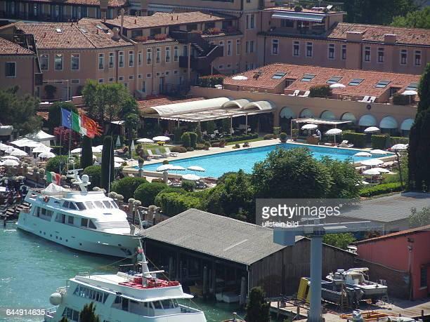 Blick vom Turm der Kirche San Giorgio Maggiore auf den Pool des Luxushotels Cipriani in Venedig aufgenommen am 18 Mai 2015