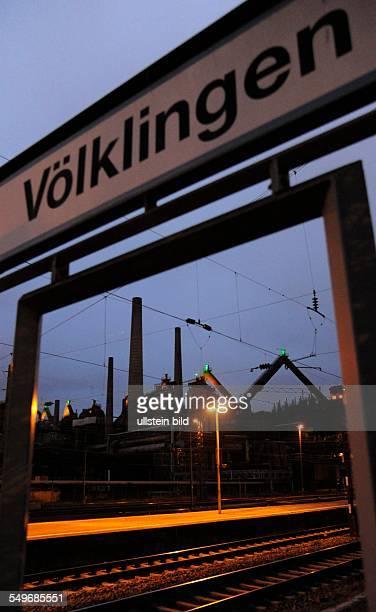 Blick vom Völklinger Bahnhof auf das UNESCOWeltkulturerbe Alte Völklinger Hütte mit der Hochofengruppe Die Hütte ist eine zentrale Sehenswürdigkeit...