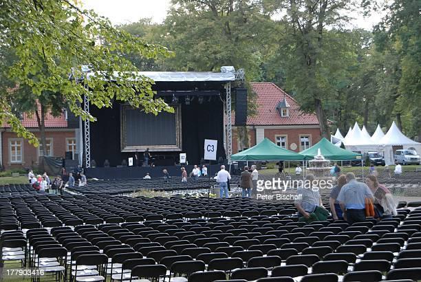 """Blick vom Zuschauerblock auf Bühne, vor Konzert """"Der Solo-Abend"""" von U d o J ü r g e n s, Open-Air-Tournee, """"Ludmillenhof"""", Sögel, Emsland,..."""