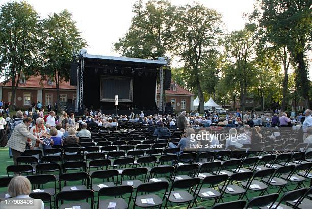 """Blick vom Zuschauerblock mit ersten Fans auf Bühne, vor Konzert """"Der Solo-Abend"""" von U d o J ü r g e n s, Open-Air-Tournee, """"Ludmillenhof"""", Sögel,..."""