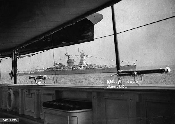 Blick von der englischen könglichen Yacht 'Victoria and Albert' auf das deutsche Panzerschiff 'Admiral Graf Spee' anlässlich der...