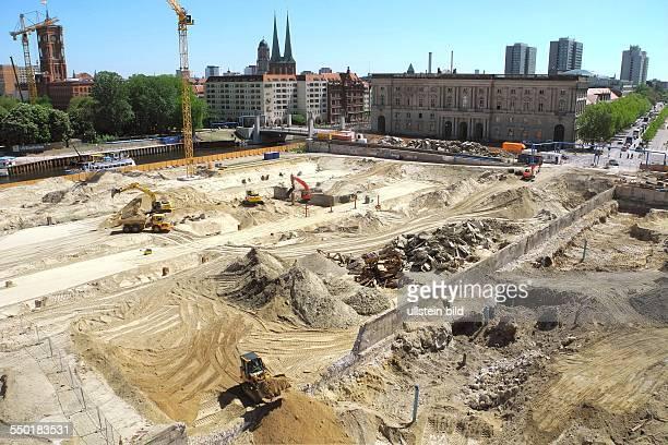 Blick von der HumboldtBox auf den aktuellen Zustand des Berliner Schlossplatzes im Umbruch In der Bildmitte noch Betonreste des Fundamentes des...