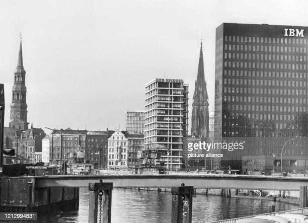 Blick von der Oberbaumbrücke auf den Zollkanal und den Wandersteg und die Gebäude Katharinenkirche Hochhaus der HamburgSüdReederei SpiegelHochhaus St...