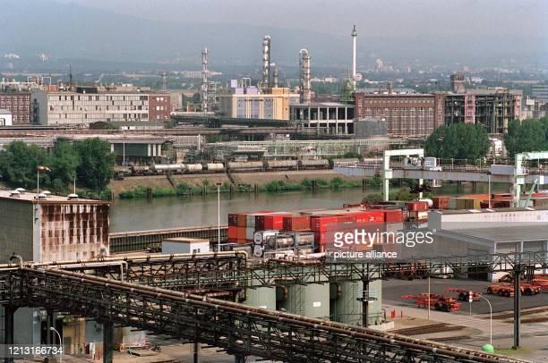 Blick von einem Gasometer auf Teile des Industrieparks der Hoechst AG zu beiden Seiten des Mains in Frankfurt-Höchst . Der Hoechst-Konzern wird in...