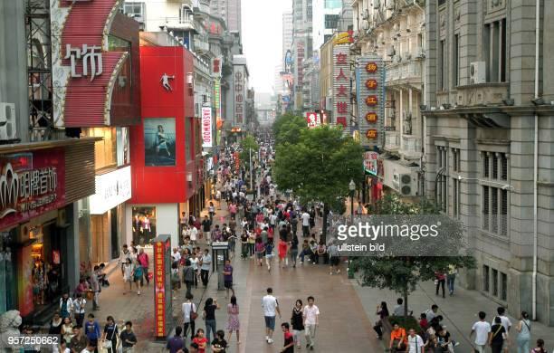 Blick von einer Fußgängerbrücke im Zentrum der Altstadt von Wuhan auf einen Fußgängerboulevard mit Geschäften aufgenommen am Wuhan ist Hauptstadt der...