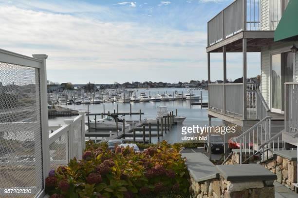 Blick von einer HotelAnlage auf den Yachthafen von Hyannis an der Halbinsel Cape Cod Nur 4 Stunden Autofahrt von New York entfernt bieten die breiten...