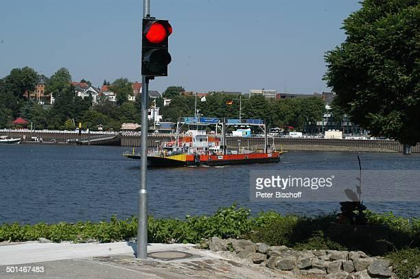 Blick von Lemwerder über Fluss Weser auf Vegesack Bremen Deutschland Europa Fähre Autofähre Ampel Reise BB DIG PNr 0540/2004