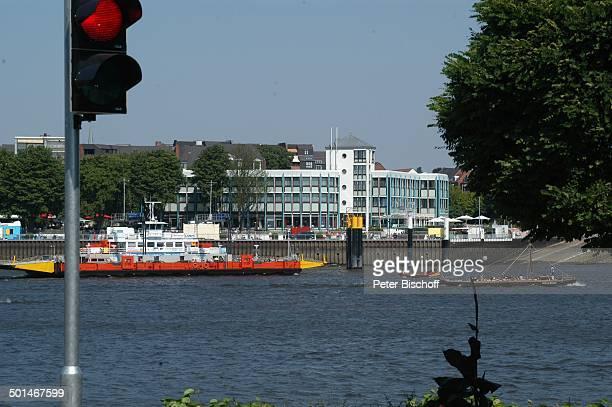 Blick von Lemwerder über Fluss Weser auf VierSterneHotel Strandlust Vegesack Bremen Deutschland Europa Fähre Autofähre Ampel Reise BB DIG PNr...