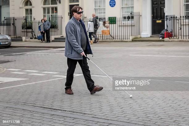 通りの盲目の人 - 白杖 ストックフォトと画像