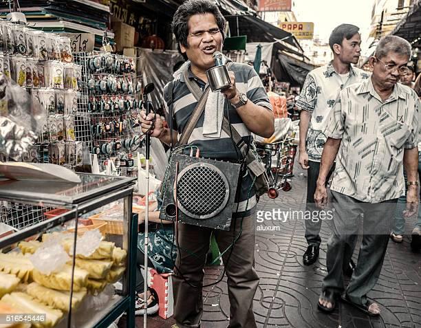 Hombre canta Bangkok Tailandia ciego