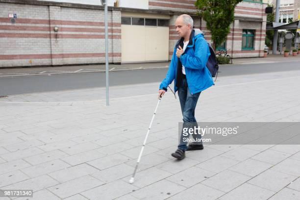 homem cego andando na rua, apoiada por cana-de- - independência - fotografias e filmes do acervo