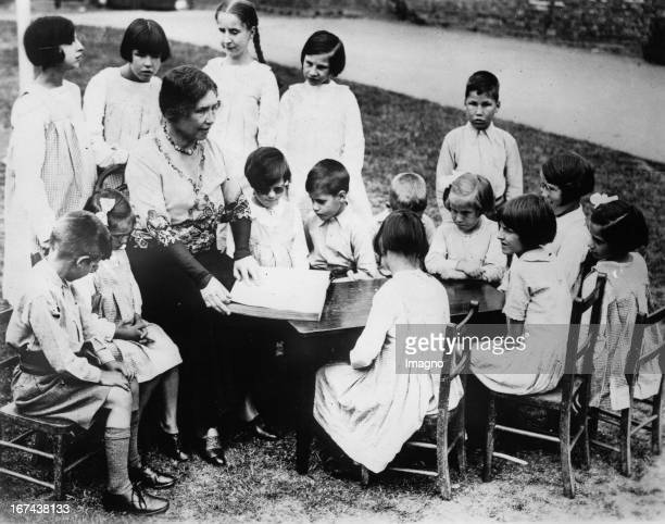 Blind writer Helen Keller reads from her own works to blind children Great Britain Photography About 1930 Die blinde Schriftstellerin Helen Keller...