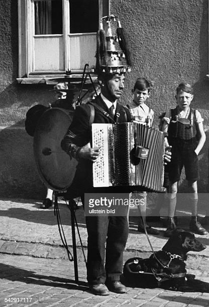 Blinder Strassenmusikant 'EinMannOrchester' Mainregion um 1950Aufnahme Wolff Tritschler