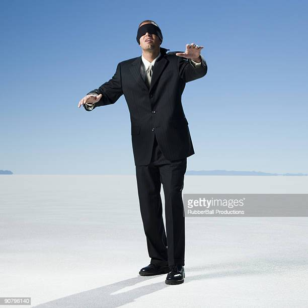 Blindfolded y confuso joven caucásico ejecutivo