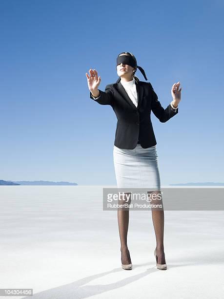 bendato donna in carriera - donna bendata foto e immagini stock