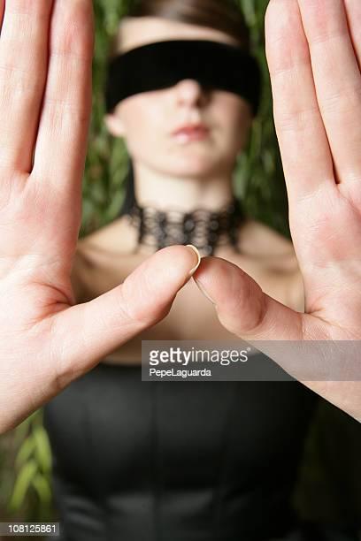 mit verbundenen augen junge frau holding hände vor ihr - sm party stock-fotos und bilder