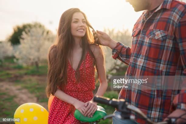Sonrisa feliz cuando está cerca de ella