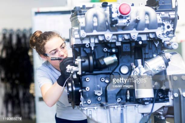 block heat and power plant engineer female - weibliche angestellte stock-fotos und bilder