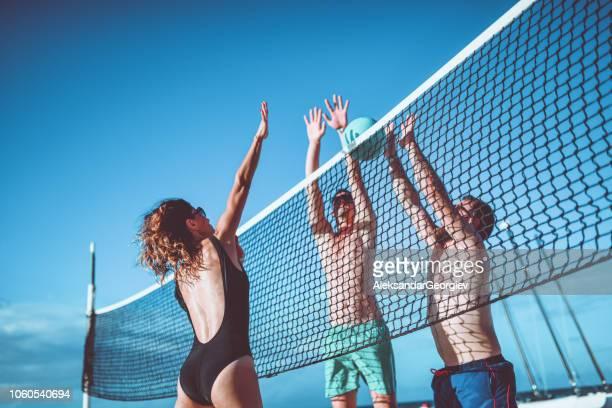 blockieren sie mich, wenn du kannst! - strand volleyball stock-fotos und bilder