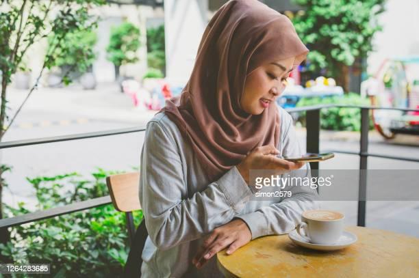 コーヒーを撮影するブロガー - モバイル撮影 ストックフォトと画像