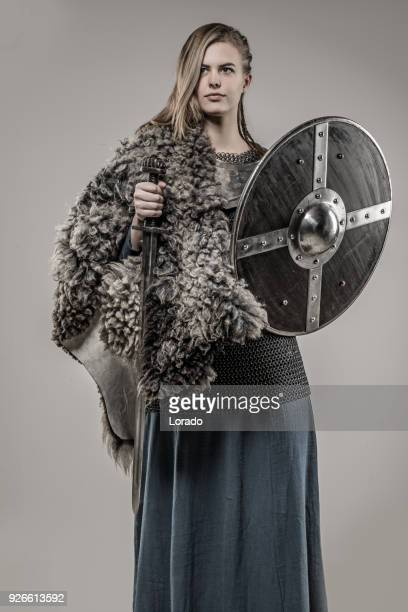 blonde tressée arme maniant viking warrior femelle seule dans shoot studio - viking photos et images de collection