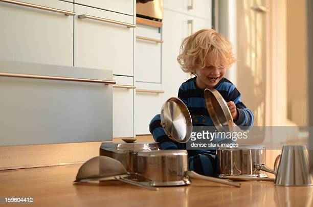 blond child playing drums with pots and pans - nur kinder stock-fotos und bilder