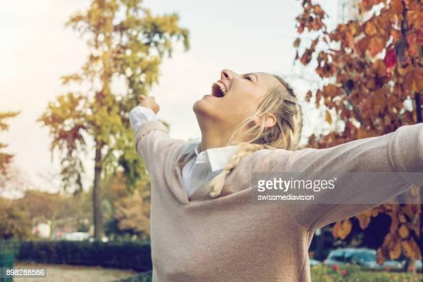 blonde mädchen umarmen natur, paris - geisteshaltung stock-fotos und bilder