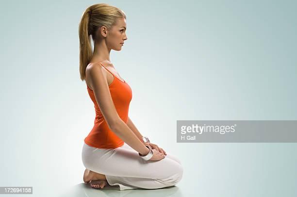 Blonde fille pratiquant le yoga et de méditation.