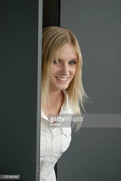Blondes Mädchen lächelnd auf der Tür