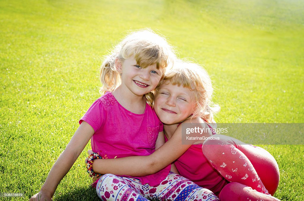 blond girls on grass : Stockfoto