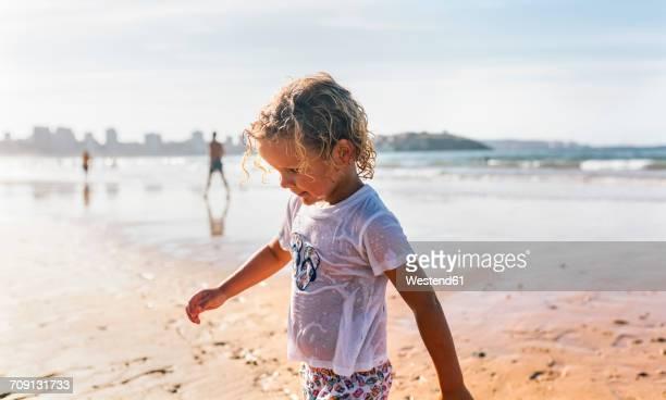 blond little boy wearing wet chlothing on the beach - wet t shirts 個照片及圖片檔