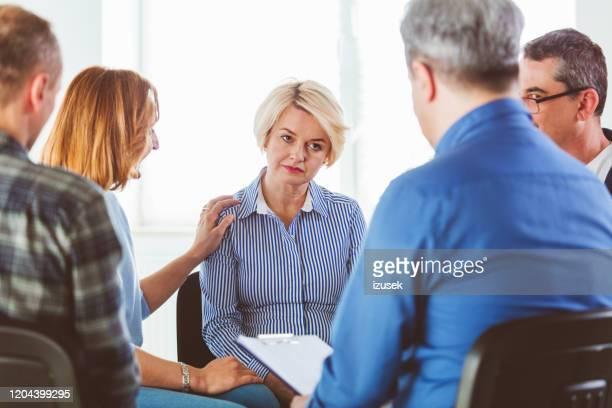 biondo maturo donna condividere problemi durante l'incontro - izusek foto e immagini stock