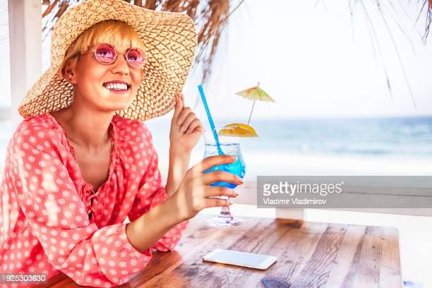 Blonde Frau trinken blau cocktail