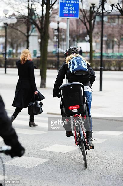 金髪女性環境に優しい自転車