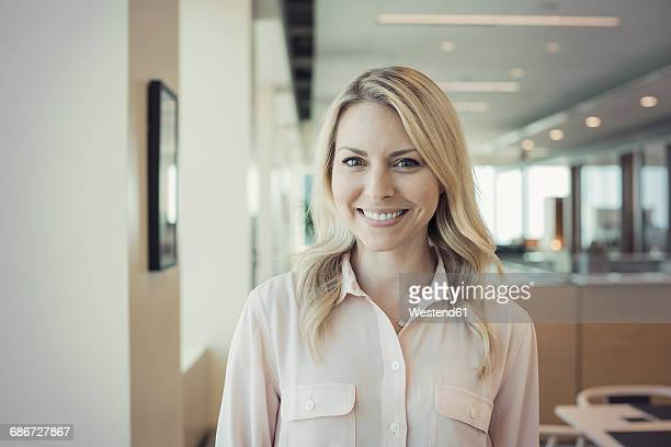 blond woman in office, portait - blouse stockfoto's en -beelden