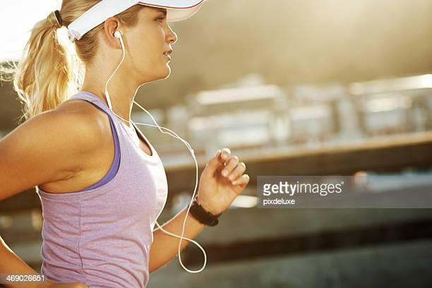 金髪女性のジョギングを履いてイヤーホン