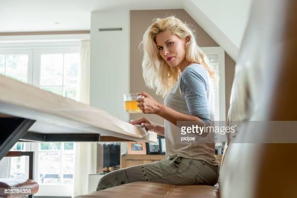 Femme blonde détente, lecture et matin thé