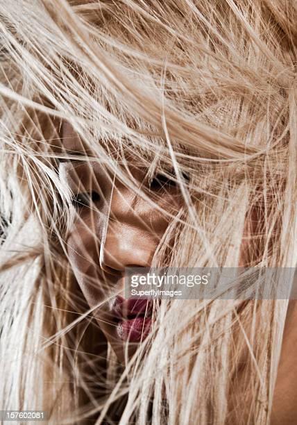 Blonde asiatische Frau mit langem Haar im Wind