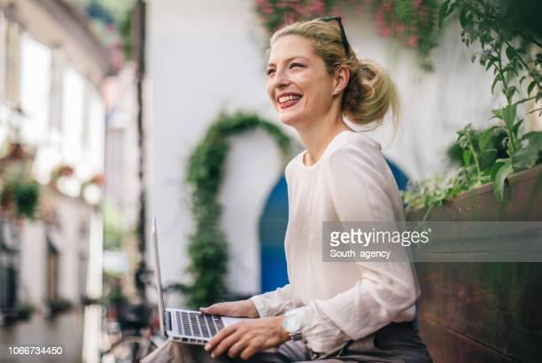 blonde business lady freiberufler - geschäftskleidung stock-fotos und bilder