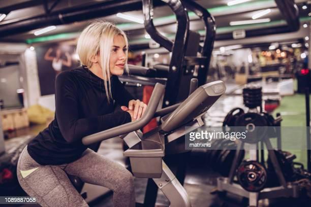 blonde vrouwelijke atleet in moderne opleiding gezondheidsclub - female bodybuilder stockfoto's en -beelden