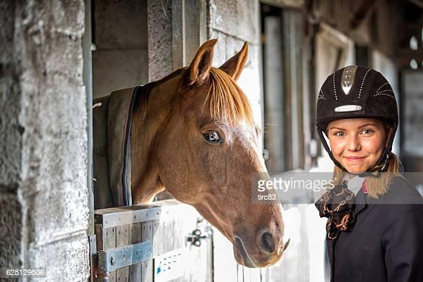 Quatorze ans femme Blonde chevauchant un cheval