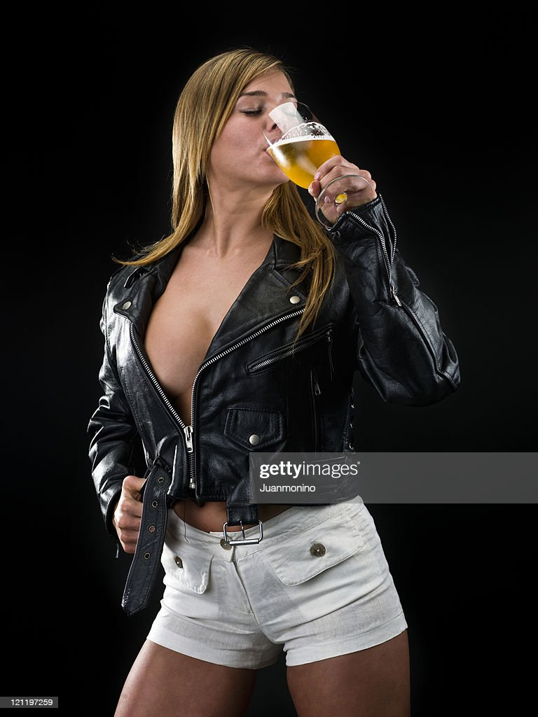 Blonde fille boire de la bière