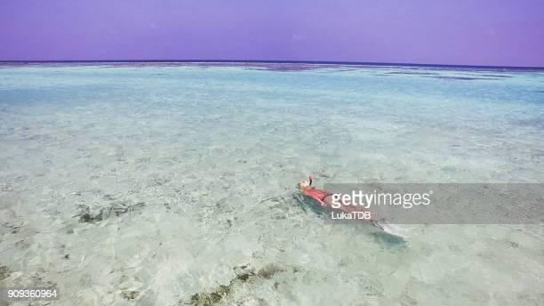 Blonde Mädchen Schnorcheln auf den Malediven