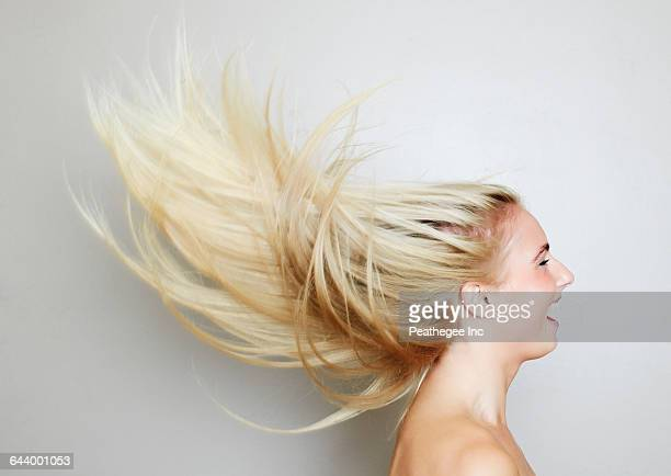 blonde hair of caucasian woman blowing in wind - cheveux blonds photos et images de collection