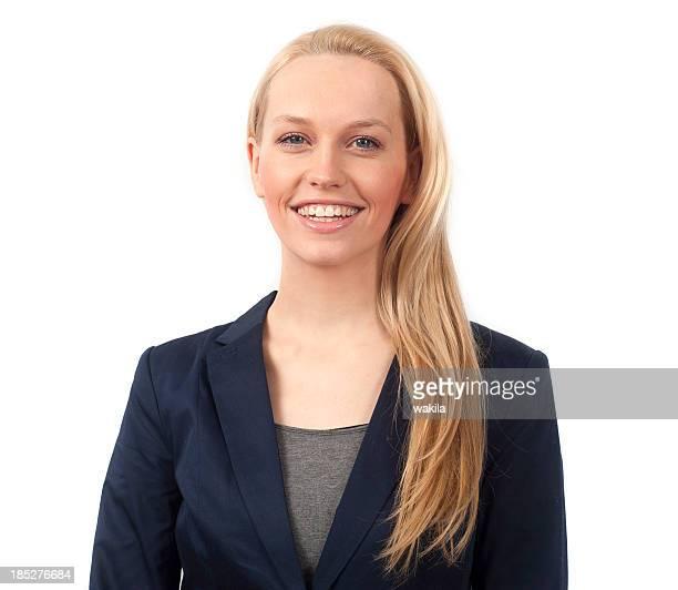 blonde junge senhora mit langem haar lächelt em die Kamera