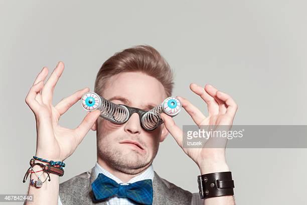 Blonde homme portant veste en tweed, noeud papillon et drôle lunettes