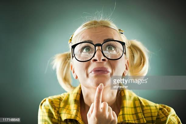 la blonde avec des lunettes nerd confus. - innocence photos et images de collection