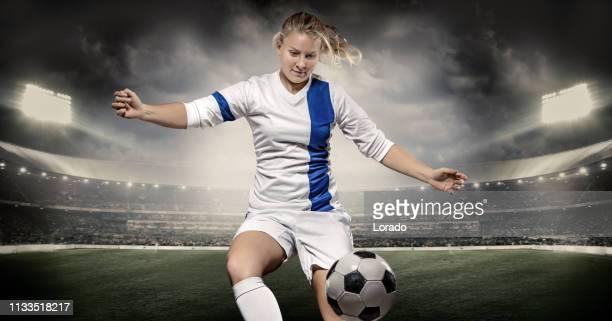 bionda giocatrice di calcio femminile del nord europa - squadra di calcio foto e immagini stock